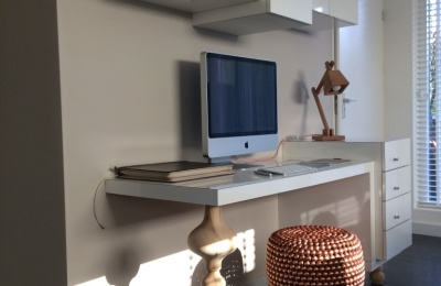 het hoogglans witte meubel zorgt voor een verrassend effect in het design dit buro kan zowel in een hoek geplaatst worden als tegen een rechte wand